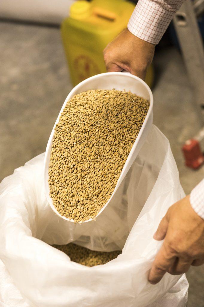 Biomalz aus dem 50 kg Sack schöpfen